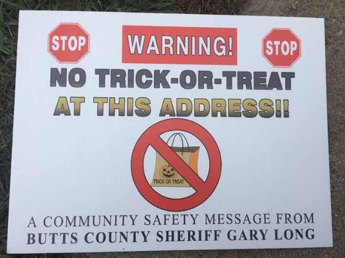 Photo of Georgia sheriff's 'No Trick-or-Treat' signs trigger lawsuit from sex offenders