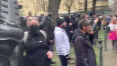Photo of Videos Show Portland Antifa Attacking Cops, Police Retreat